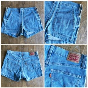 Levi light wash shorts with zippers